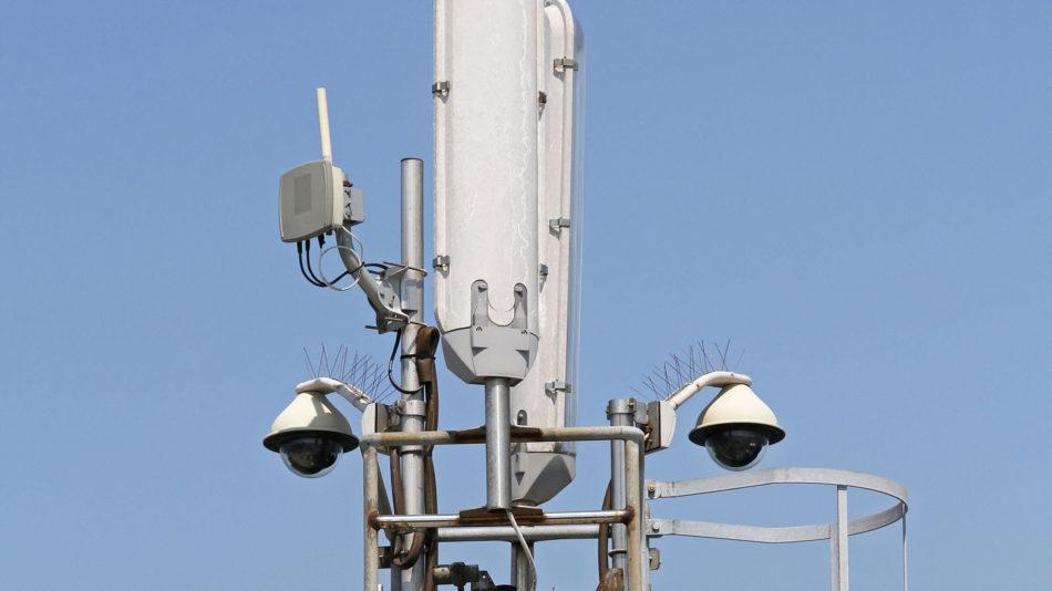 Close up de caméras de sécurité sur la tour cellulaire