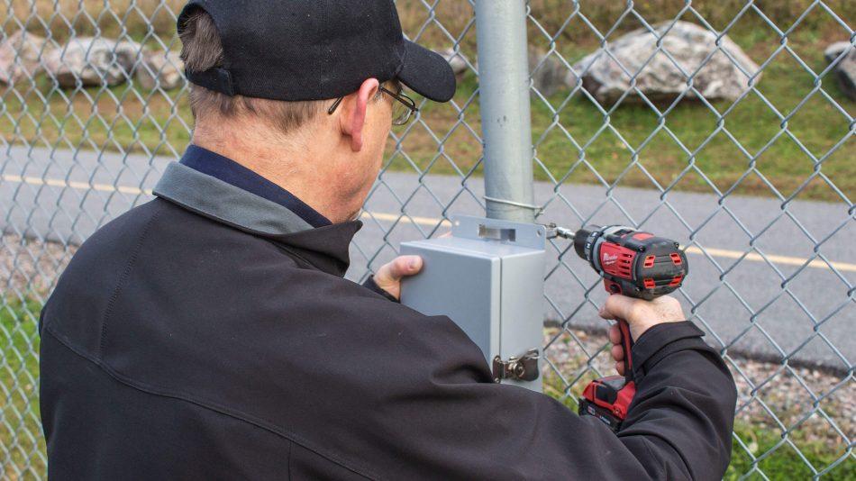 Se instala el sensor de detección de intrusión perimetral FlexZone en la cerca