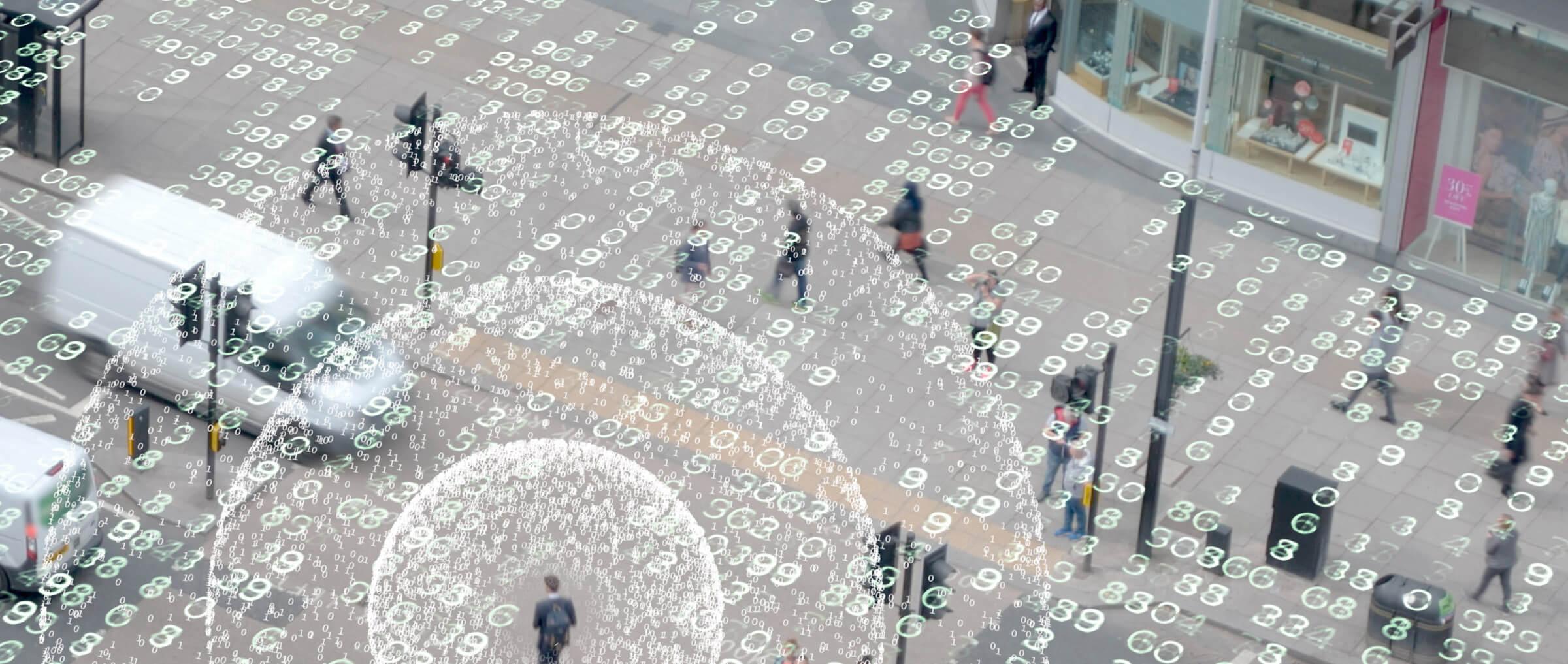 Code numérique superposé à l'image de la rue de la ville